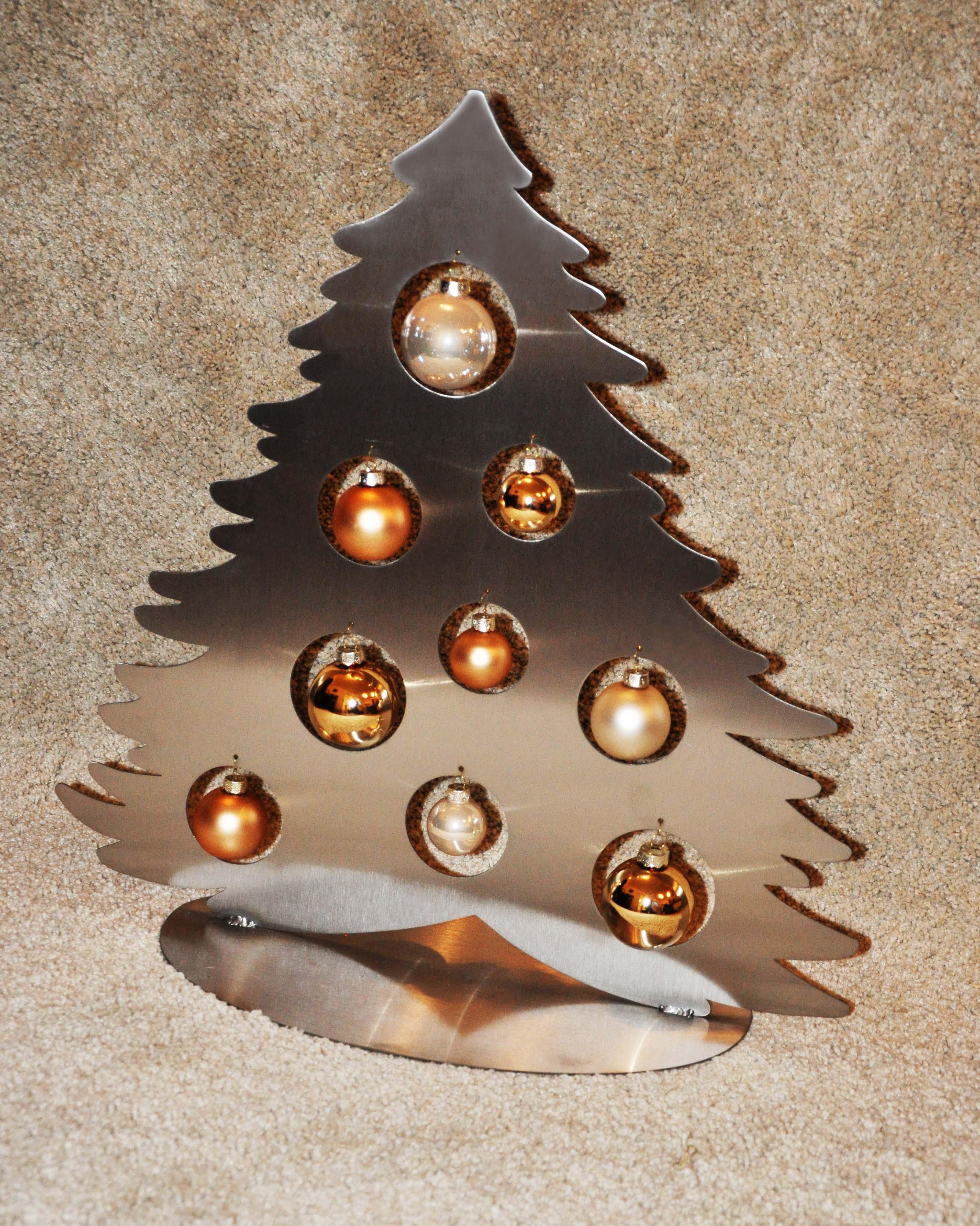 Weihnachtsbaum aus Edelstahl mit Christbaumkugeln